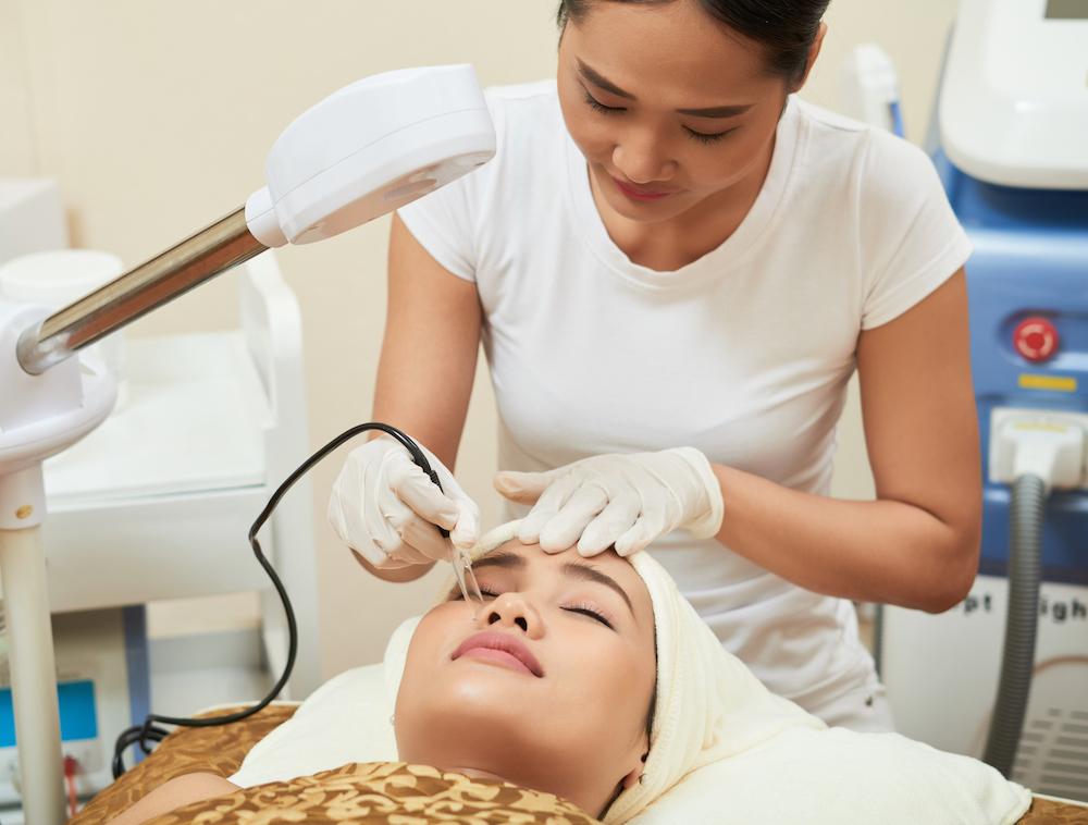Mujer recibiendo tratamiento contra el envejecimiento facial