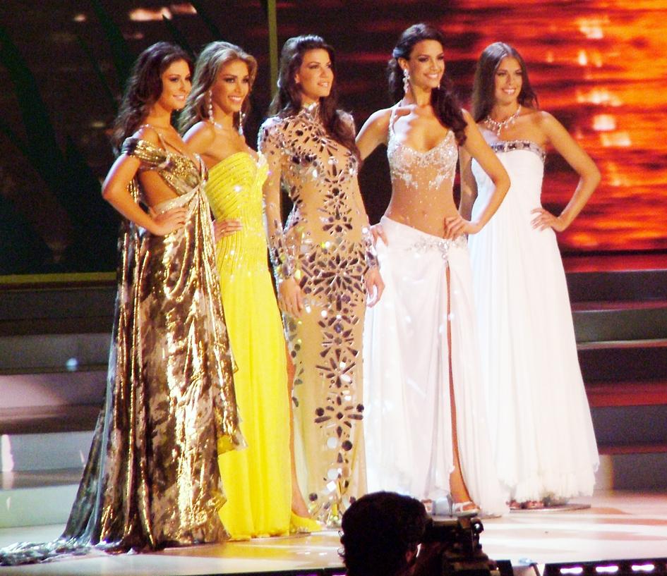 Atractivas y emocionadas chicas en Miss Universo