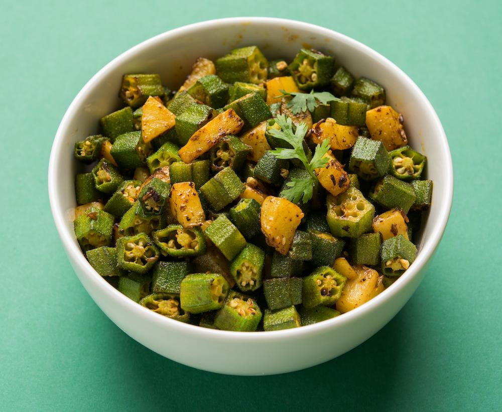Plato con guiso de okra, alimento antioxidante.