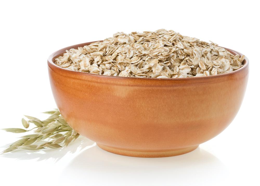 Plato hondo con avena, un alimento esencial en la dieta.