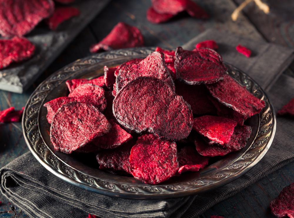 Plato lleno de remolacha, alimento con propiedades antioxidantes